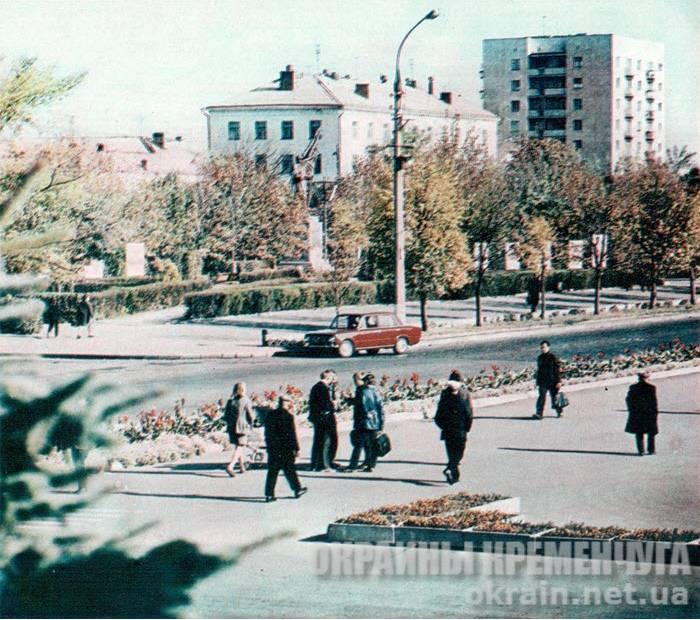 Вид на сквер Октябрьский (ныне сквер им.О. Бабаева) Кременчуг 1976 год фото номер 1717