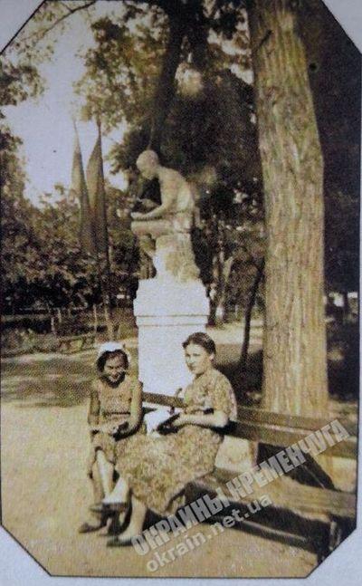 В пионерском сквере Кременчуга - фото №1763