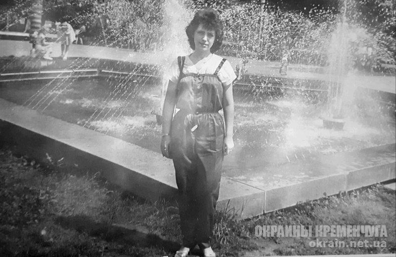 Возле фонтана в 1980-е Кременчуг - фото № 1893