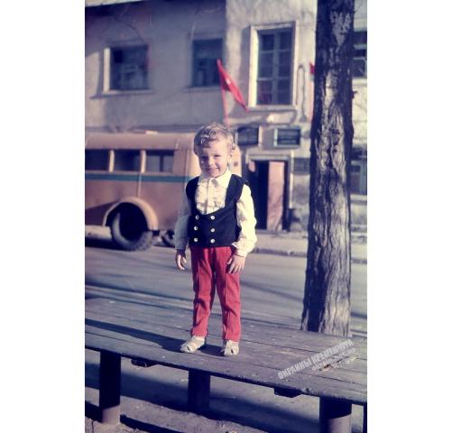 На фоне милицейского участка Кременчуг 1973 год - фото № 1932