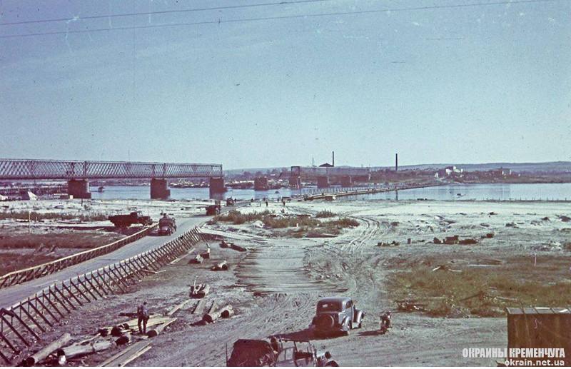 Фотография немецкой переправы и Крюковского моста через Днепр в Кременчуге, 1941 год