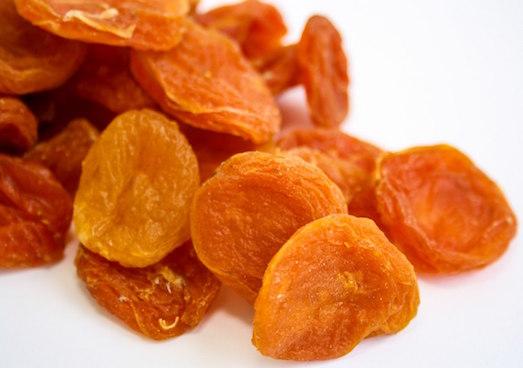 Курага представляет собой высушенные без косточек половинки абрикосов.