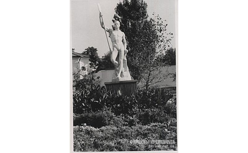Скульптура «Мужчина с веслом» Кременчуг 27 сентября 1941 год - фото № 2002