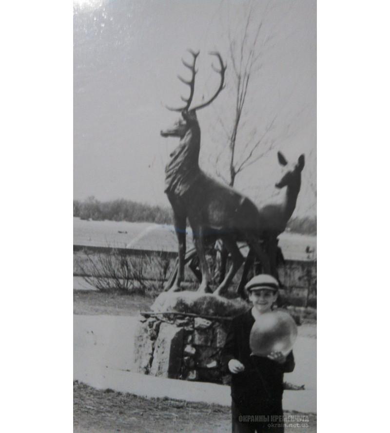 На фоне скульптуры «Олени» Кременчуг 1960-е - фото № 2026
