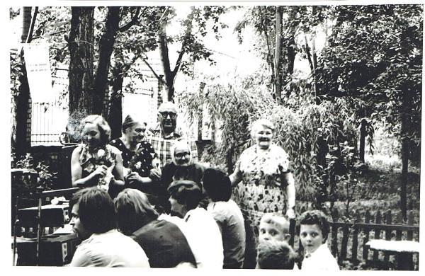 Свято «А у нас во дворе», друга справа – Р.М.Каганова, 1979 рік