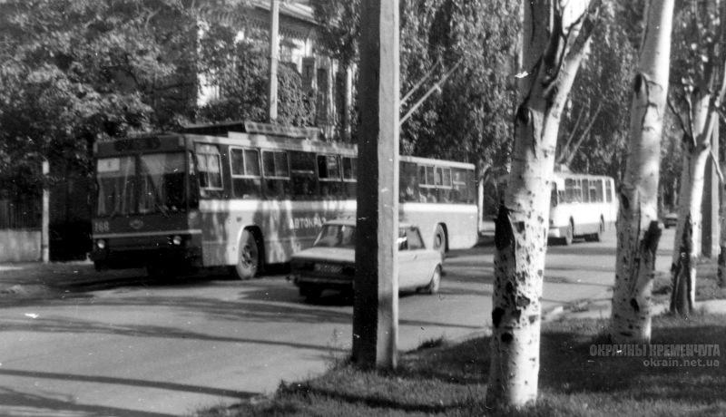 Улица Первомайская, остановка троллейбуса улица Победы Кременчуг 1993 год фото номер 2086