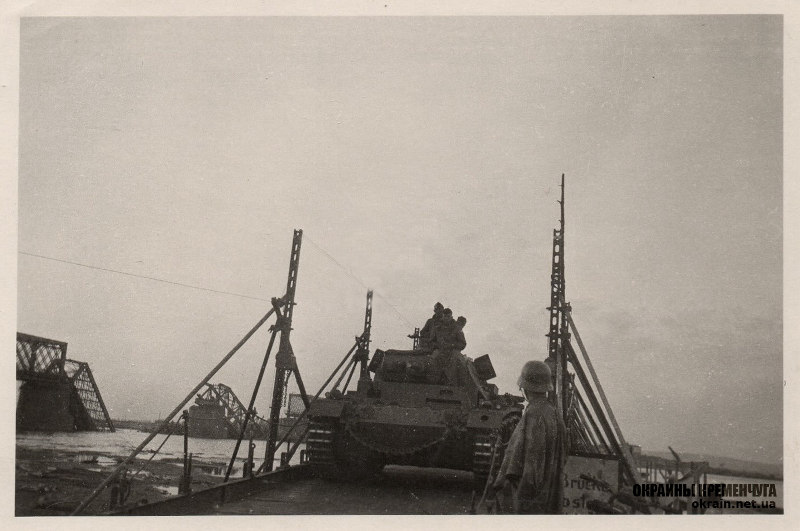 Танк Pz.Kpfw.III Ausf.F на понтонной переправе Кременчуг 1941 год фото номер 2123
