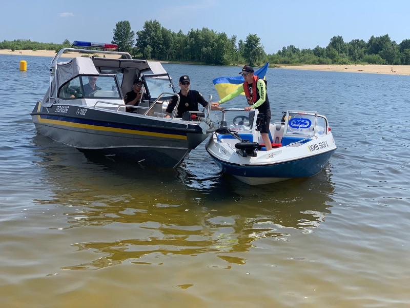 Зупинка човна поліцiею - безпека судноплавства на річковому транспорті