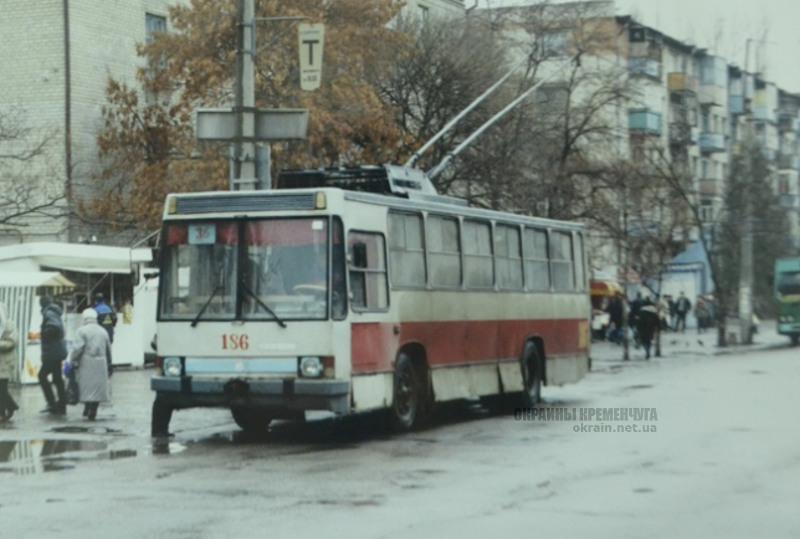 Троллейбус Зб на остановке Центр в Кременчуге 1990-е фото номар 2193