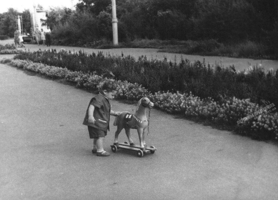 Девочка с лошадкой в парке фото номер 2282