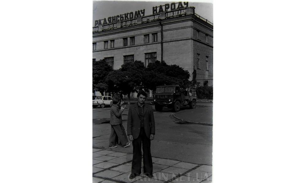 Возле Дома Торговли в Кременчуге 1978 год фото 2380