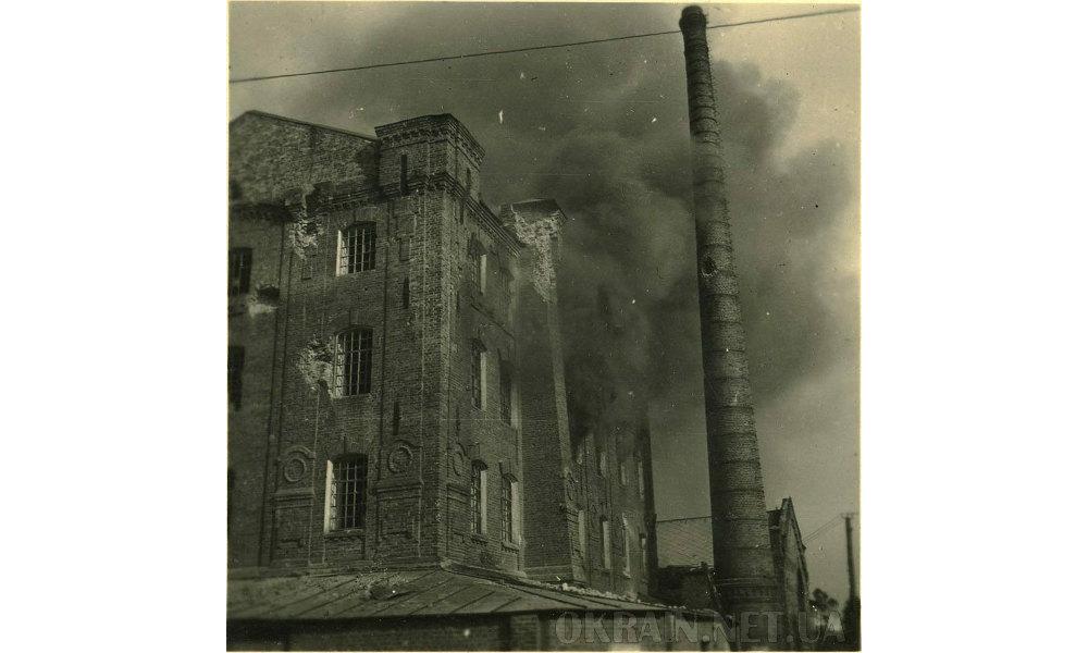 Фотография горящего здания лесопилки в Крюкове, Кременчуг 1941 год